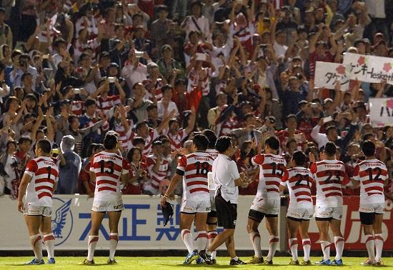 ファンの声援に応える日本代表選手たち