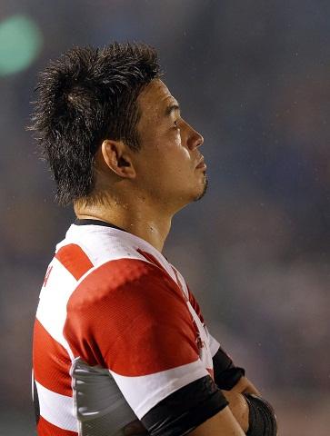 試合後、スタンドを見つめる五郎丸選手