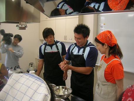 調理実習をする佐藤選手、八木選手、中島選手