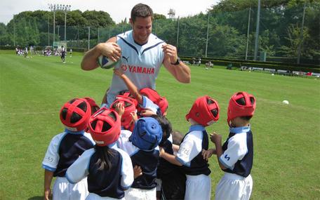 子供たちと触れ合うダンカン選手