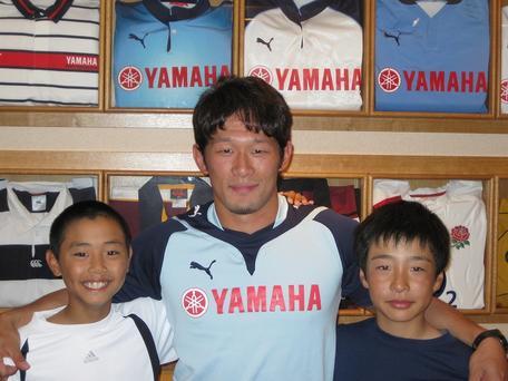 中垣選手と野球少年たち