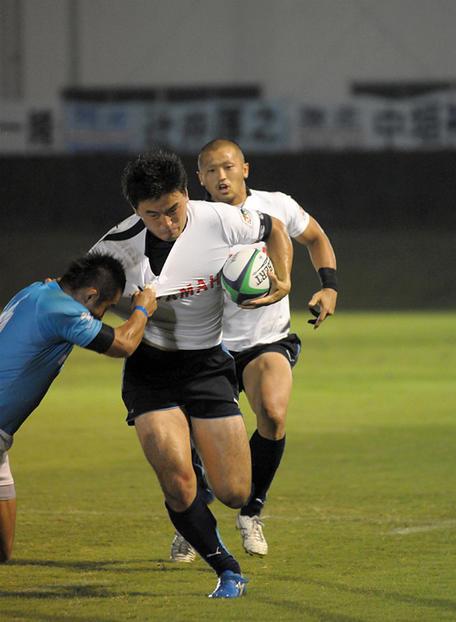突破を図る五郎丸選手。後ろは矢富選手。