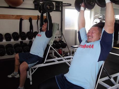 ウエイトトレーニングに集中?梶村選手(左)と岸選手(右)
