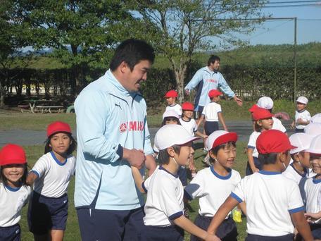 児童と触れ合う境川選手