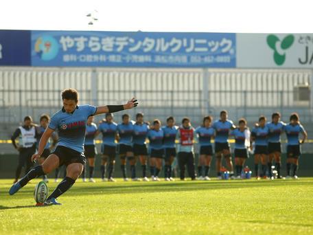 最後のキックを蹴る五郎丸選手と、それを見守るチームメイト