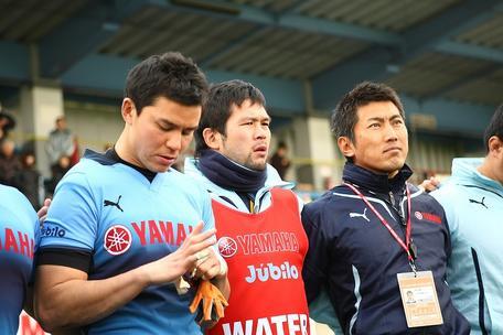 入替戦を終えて辻井選手(左)と堀川監督(右)と肩を組む串田主将