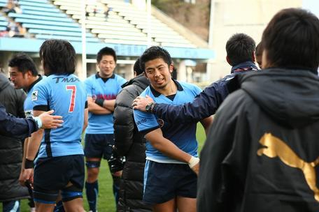 入替戦後に堀川監督と握手する加藤選手(中央)