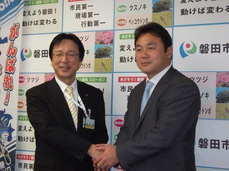 渡部市長(左)と清宮監督(右)